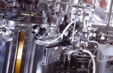 ratiopharm-Tochterunternehmen Merckle Biotec GmbH, Ulm. Herstellung von Biopharmazeutika (Proteintherapeutika, Generika). Upstream Processing (USP): Vermehren von genetisch verŠnderten Zellen des Chinesischen Hamsters (CHO-Zellen) in Fermentern (vorne links) bei 37 Grad Celsius. Die Zellen, die das gewŸnschte Protein produzieren, befinden sich in einem flŸssigen NŠhrmedium und mŸssen stŠndig bewegt werden. Hinten: Mitarbeiter Andreas Flagmeyer in Reinraumkleidung.